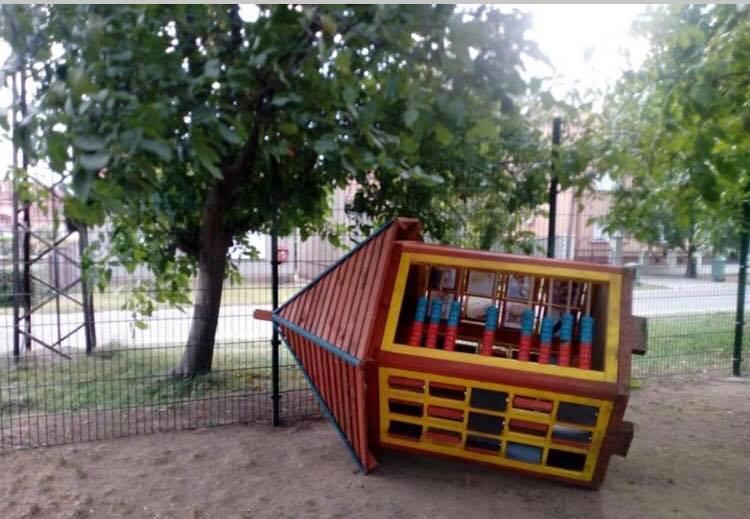 Ograda nije sprečila uništavanje dečijeg mobilijara