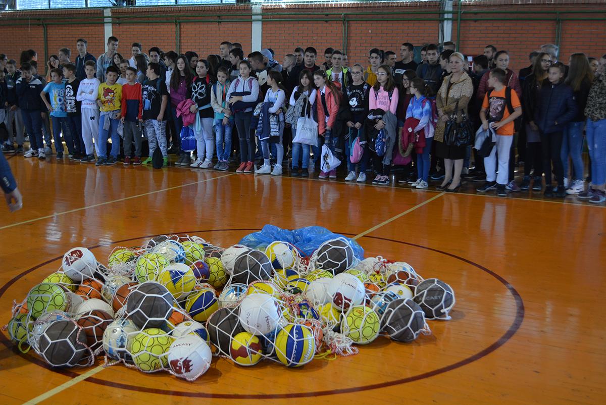 Sve škole u inđijskoj opštini dobile lopte
