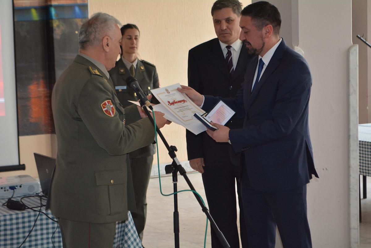 Predsedniku Gaku zahvalnica i medalja za saradnju sa Prvom brigadom Kopnene vojske Srbije