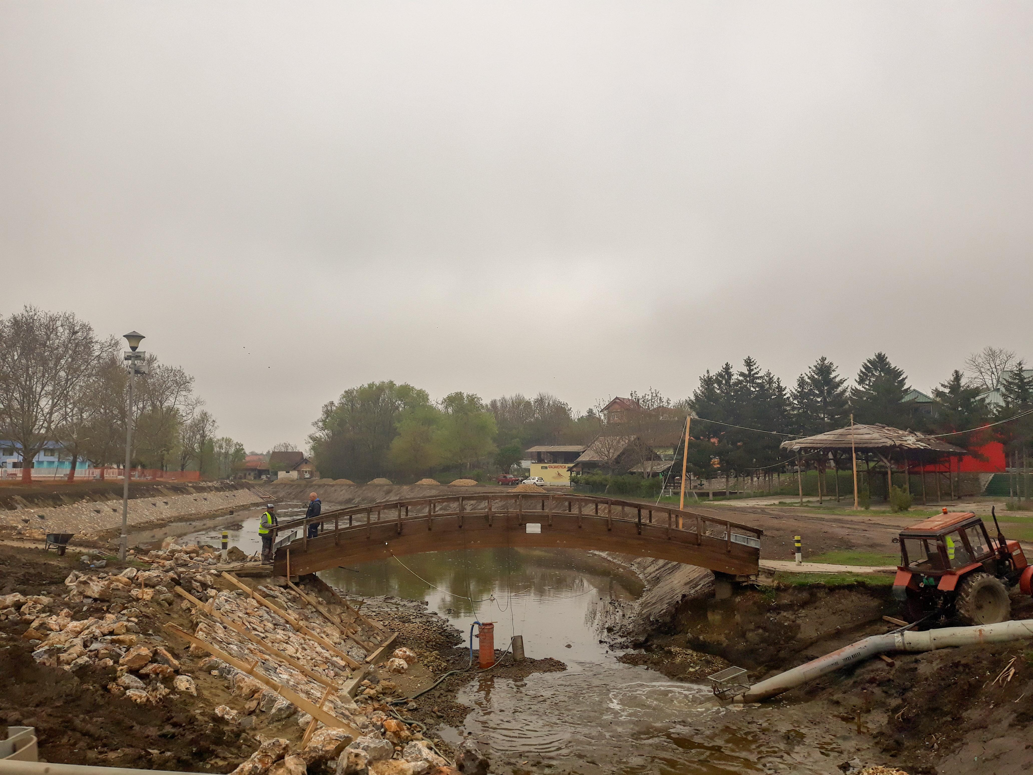 POSTAVLJANJE KAMENE OBLOGE:Napreduju radovi na jezercetu u Inđiji