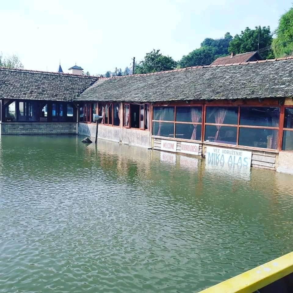 "DUNAV PRETI: Voda poplavila restoran ""Kod Mike alasa"", širi se na naselje Zagrad"