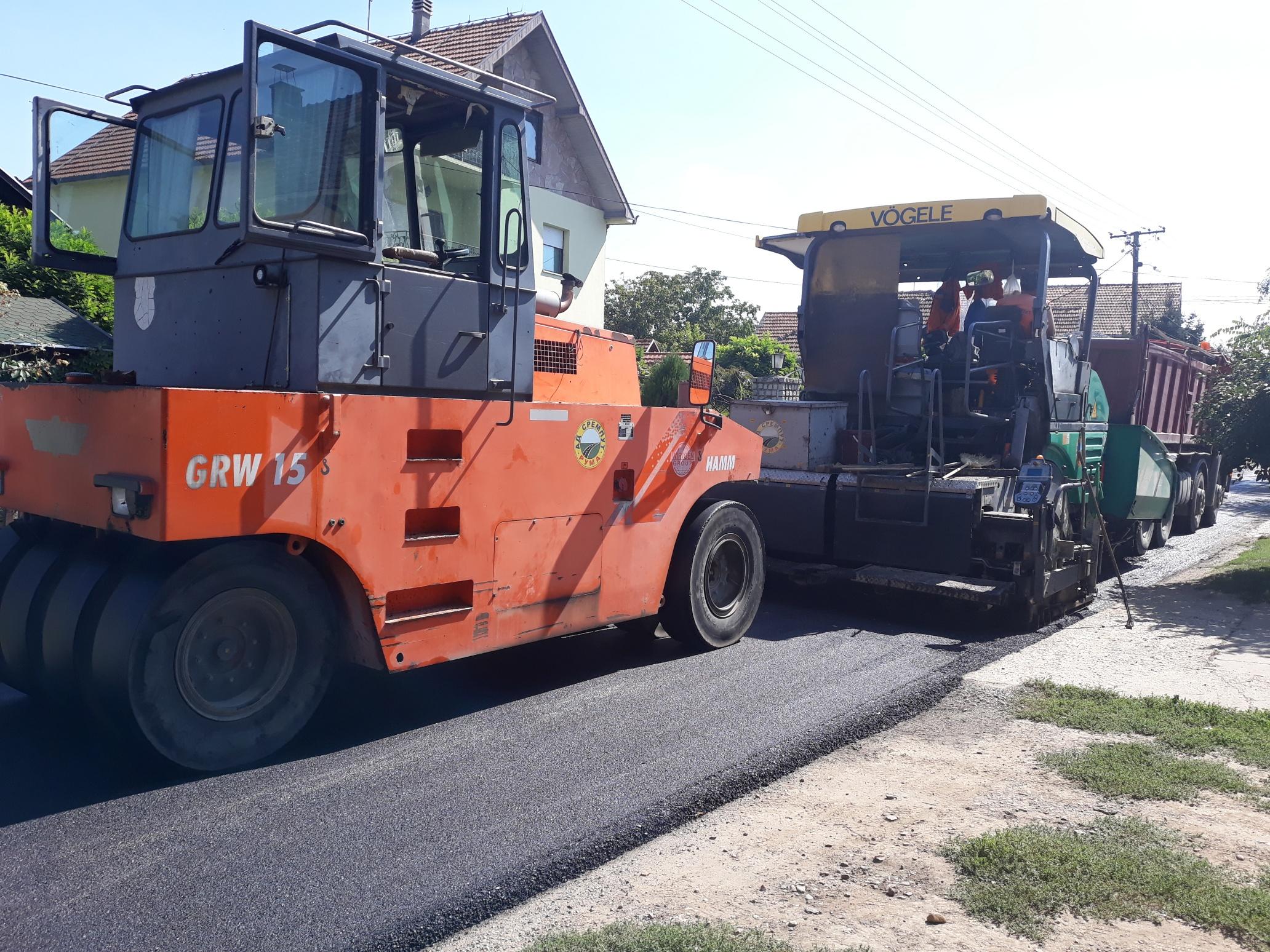 REKONSTRUKCIJA ULICA: Do jeseni novi asfalt za više od 10 ulica u inđijskoj opštini