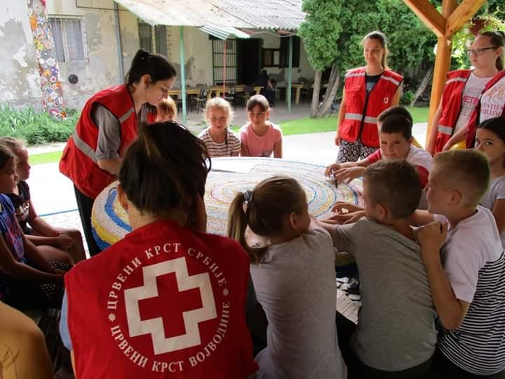 AKTIVNI RASPUST: Budući mali volonteri na radionicama Crvenog krsta u Inđiji