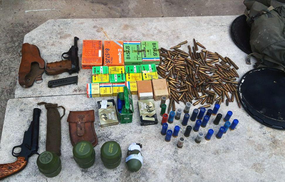 Inđinčanin uhapšen zbog držanja pištolja, bombi i metaka