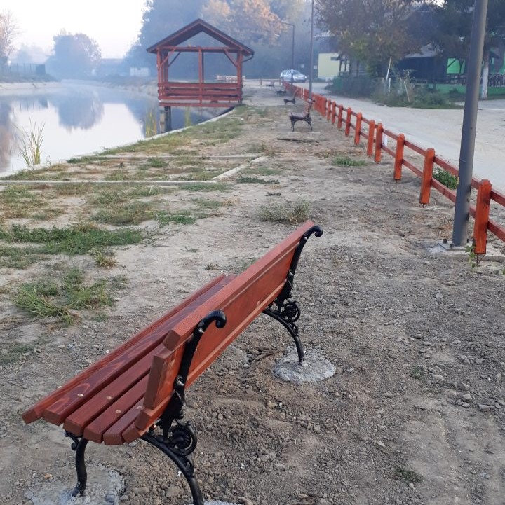 BRAVO Postavljene klupe i kante na jezercetu kod bazena i Pincovoj bari