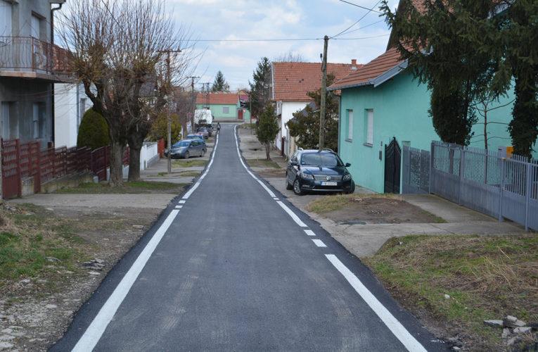 Nekoliko ulica u Inđiji presvučeno asfaltom
