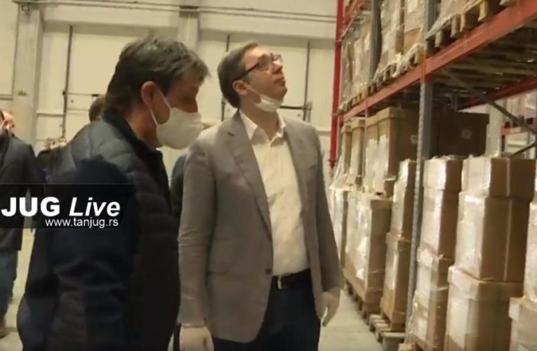 Predsednik Vučić obišao magacin medicinske opreme u blizini Stare Pazove