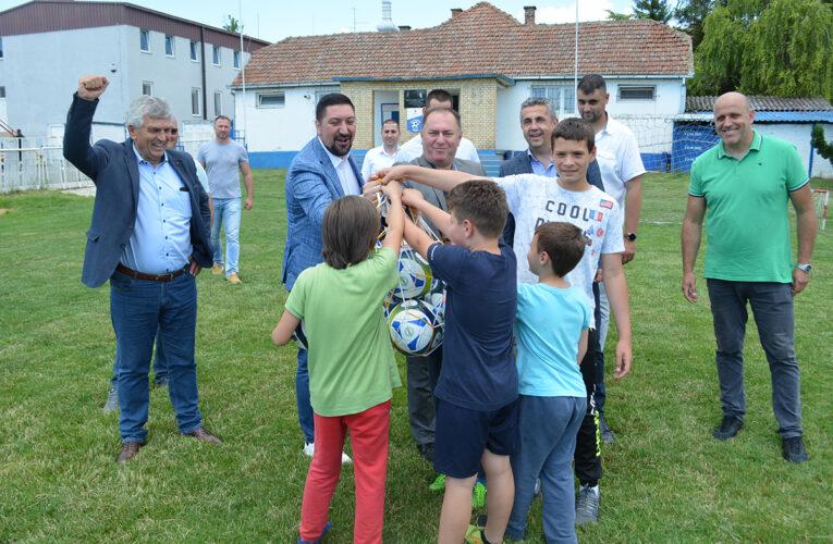 MILION EVRA ZA SPORT: Opština Inđija podelila sportsku opremu svim klubovima