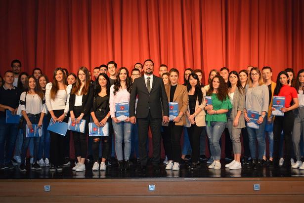 PONOS INĐIJE Dodeljeno 110 stipendija za najbolje studente