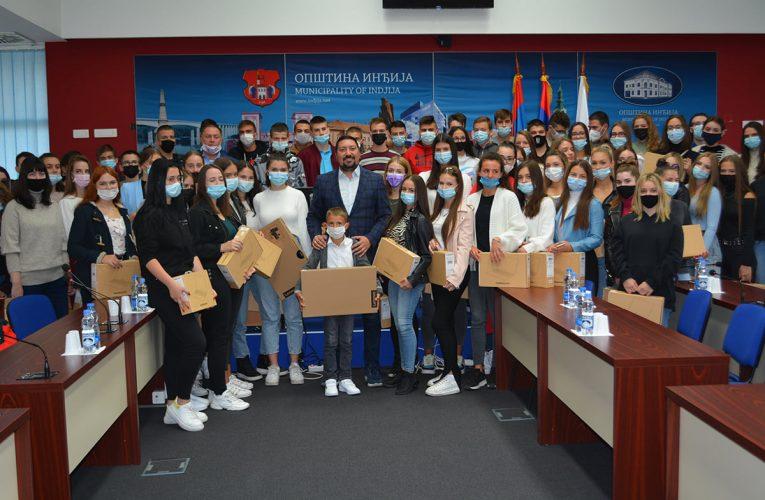 LAP TOPOVI ZA NAJBOLJE: Predsednik Gak uručio 90 računara vukovcima i istaknutim đacima i sportistima