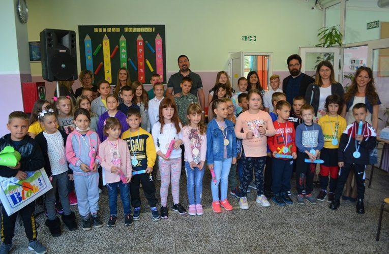 PRIJEM ĐAKA PRVAKA: Besplatni udžbenici i školski pribor kao poklon prvacima od Opštine Inđija