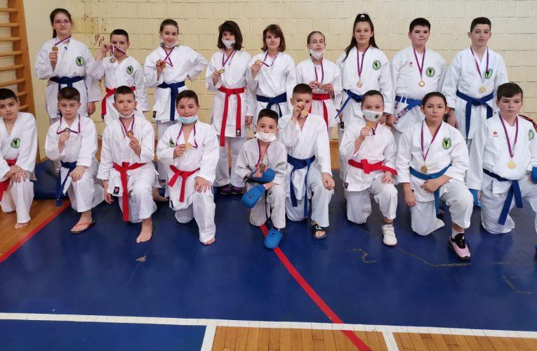 KARATISTI ŽELEZNIČARA osvojili 28 medalja na Prvenstvu Srema