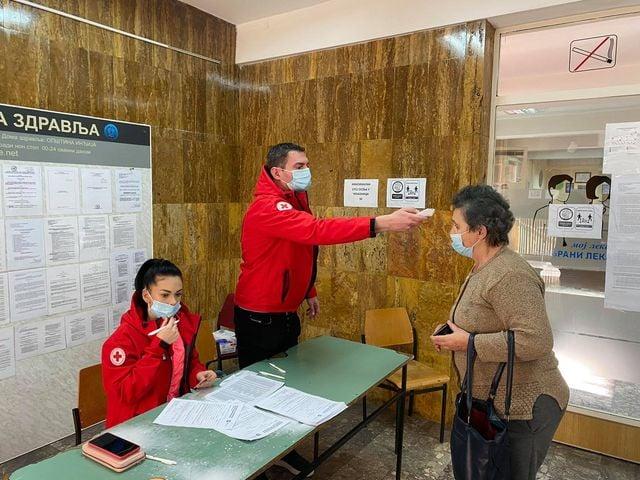 Volonteri Crvenog krsta pomažu Domu zdravlja, vakcinisano 5.000 građana