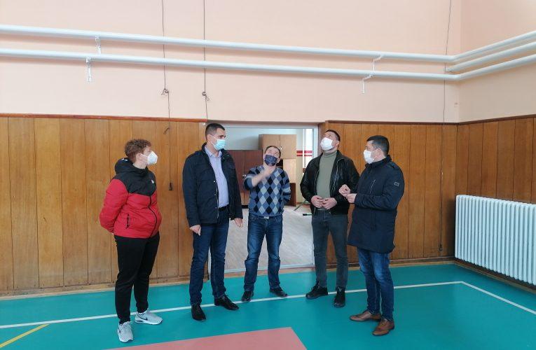 Renovirana fiskulturna sala u Krčedinu-predsednik Gak posetio školu