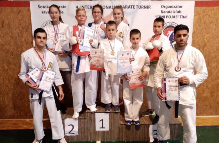 DESET medalja za decu iz karate kluba Sensei iz Inđije